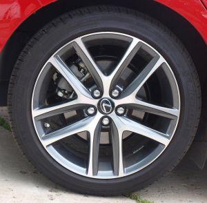 2014-Lexus-CT-200h-F-Sport-tire