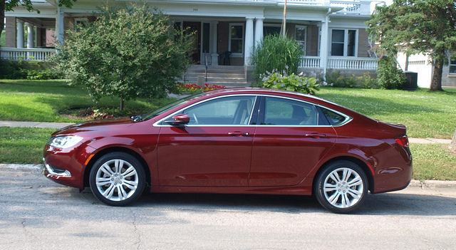 2015-chrysler-200-side