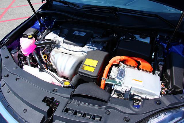 2015-Toyota-Camry-Hybrid-SE-engine