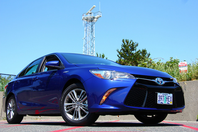 2015-Toyota-Camry-Hybrid-SE-front-corner-low-shot