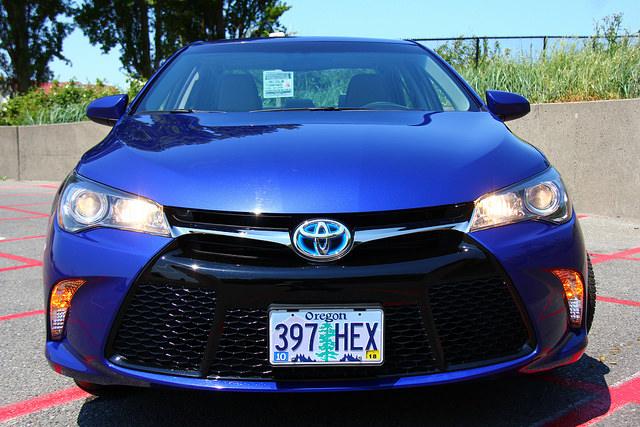 2015-Toyota-Camry-Hybrid-SE-grille