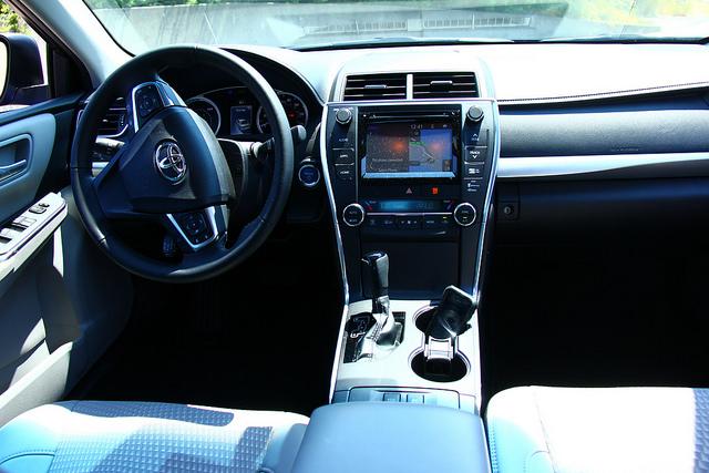 2015-Toyota-Camry-Hybrid-SE-interior-dash