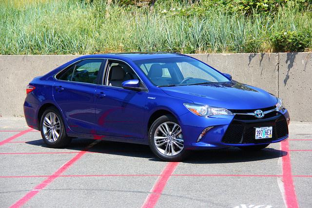 2015-Toyota-Camry-Hybrid-SE-main-med