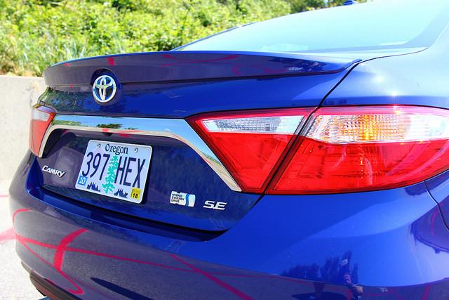 2015-Toyota-Camry-Hybrid-SE-rear-corner