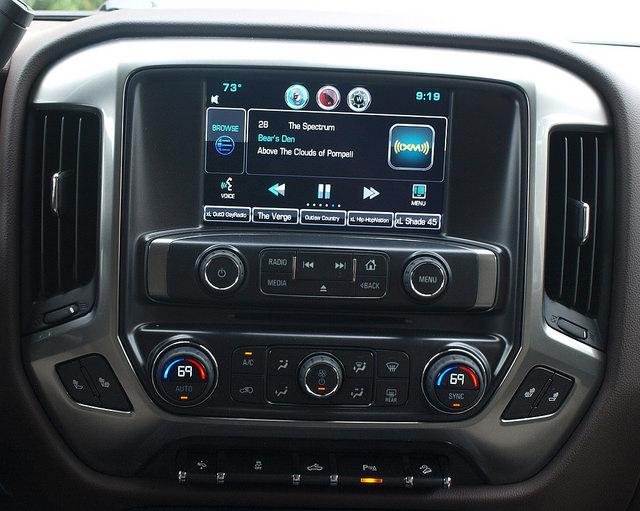 2015-Chevrolet-Silverado-1500-LT-Z71-screen-closeup