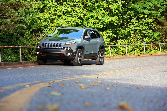 2015_jeep_cherokee_trailhawk_low_angle