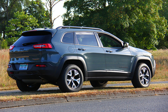 2015_jeep_cherokee_trailhawk_rear_side