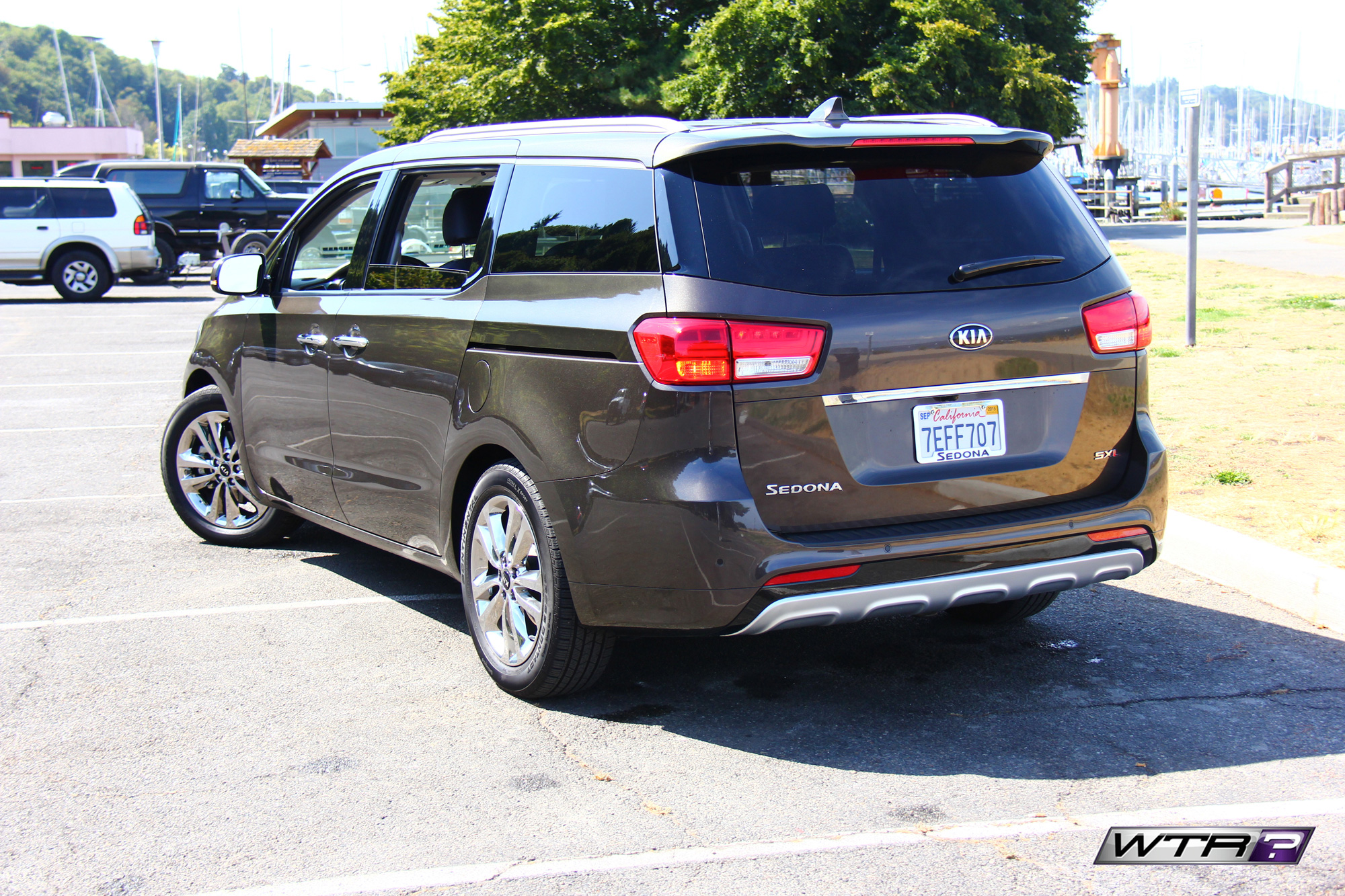 2016_kia_sedona_rear_side